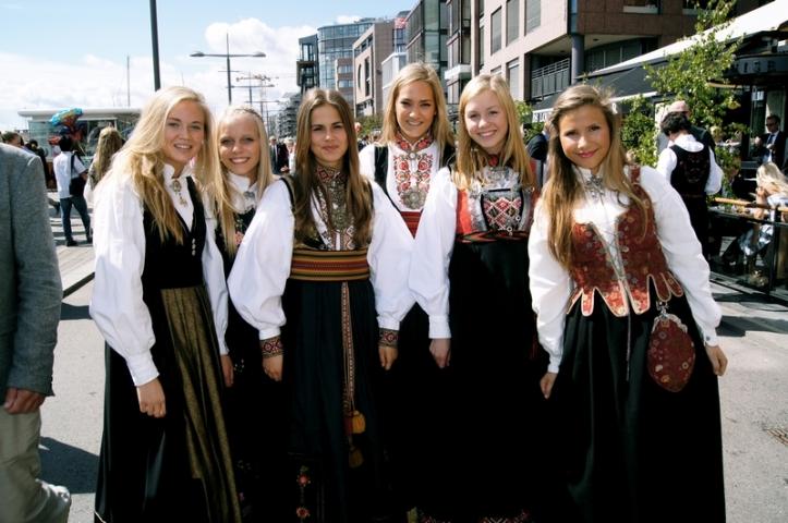 Norskje jenter bunad