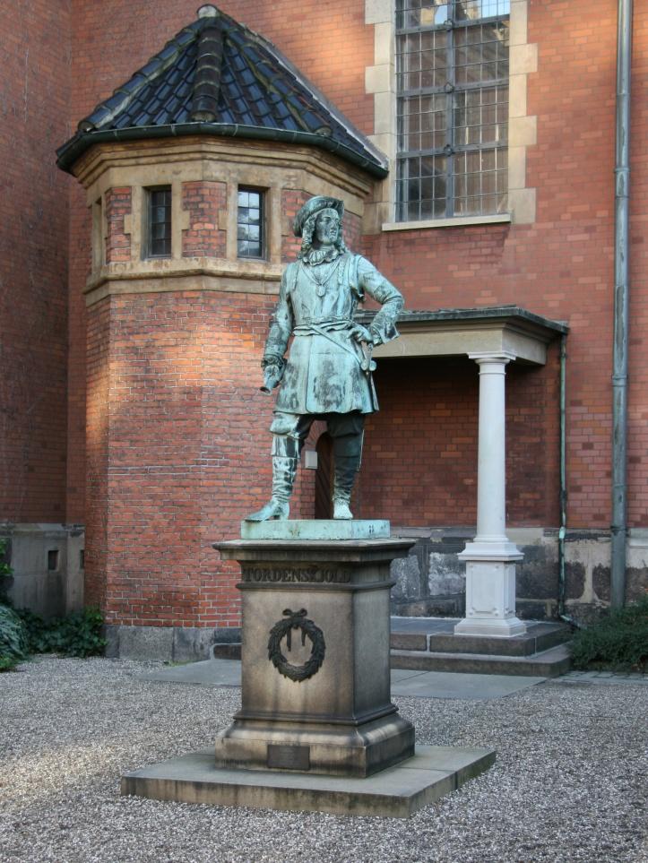 Tordenskjold-Danmark-Holmens_Kirke_København_statue